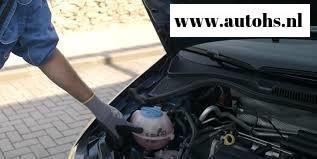 Zelf koelvloeistof antivries maken en bijvullen in de auto.